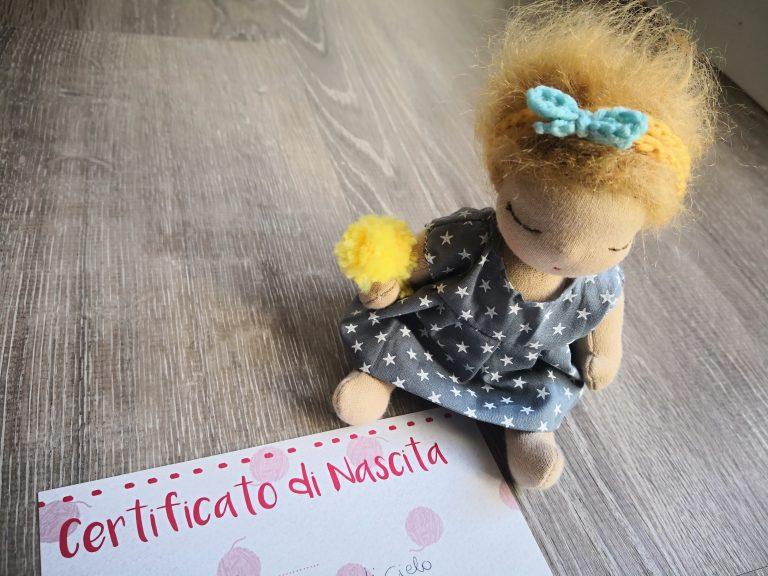 Bambola col suo certificato di nascita
