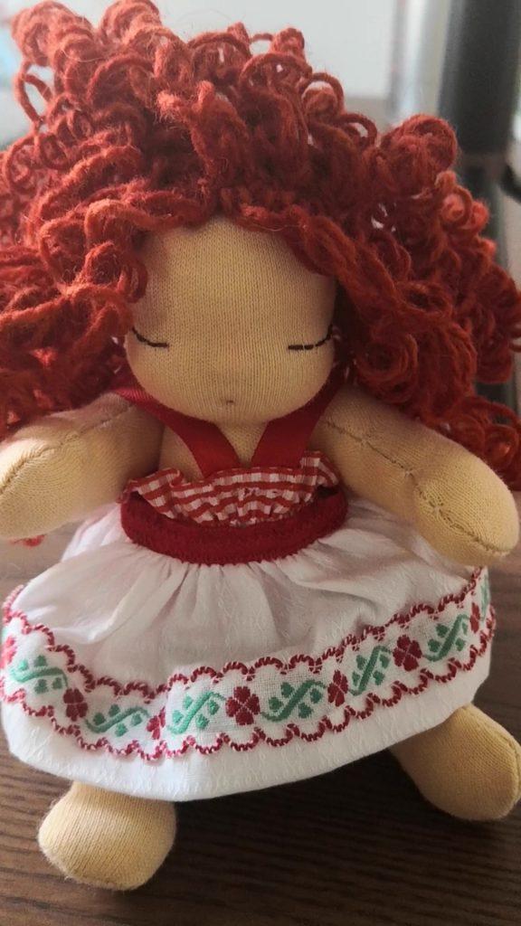 Bambola waldorf con capelli ricci e boccolosi
