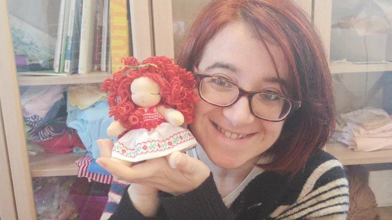 Bambola con capelli ricci e boccolosi